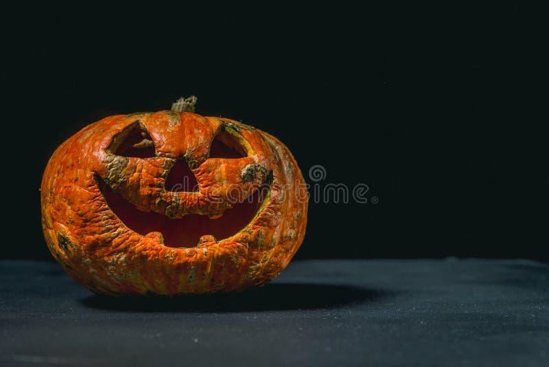 glimlachend Halloween pompoen op een donkere achtergrond royalty-vrije stock foto
