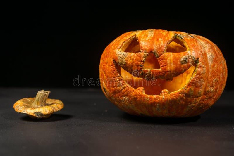 glimlachend Halloween pompoen op een donkere achtergrond stock foto's