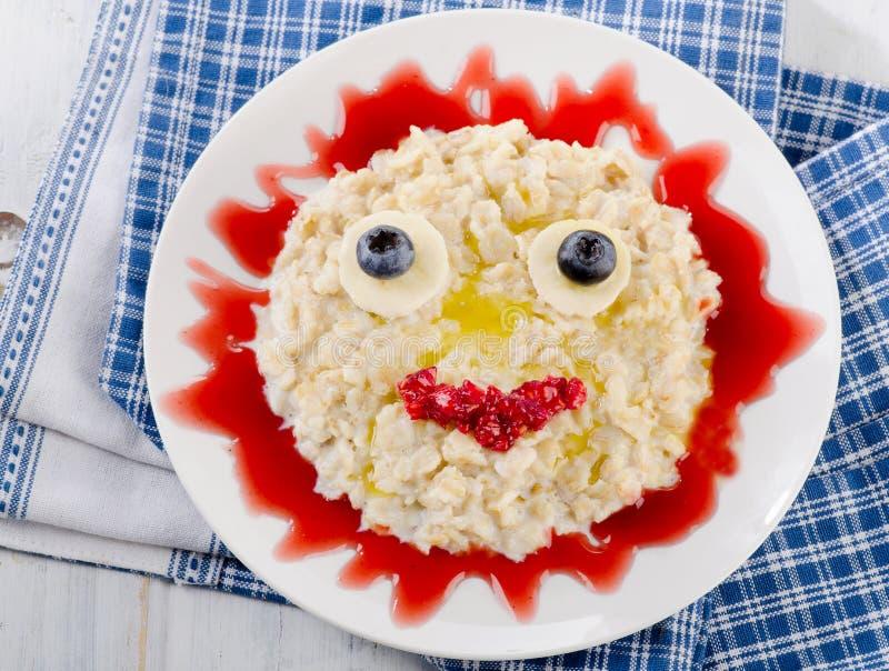 Glimlachend havermeel en verse bessen voor een ontbijt royalty-vrije stock afbeelding