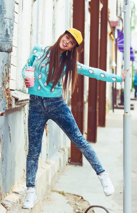 Glimlachend hipster meisje met kop van hete drank  stock foto