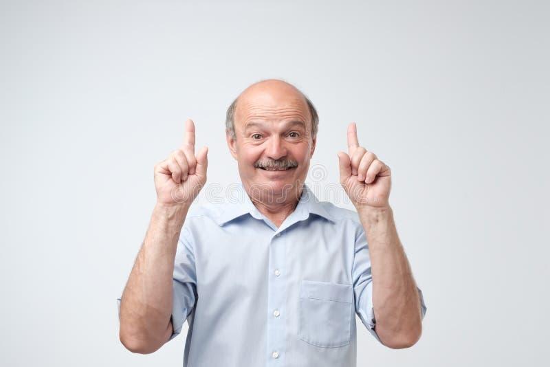 Glimlachend hoger mannetje die een nieuw idee over witte achtergrond tonen royalty-vrije stock afbeelding