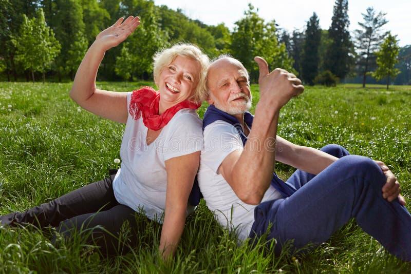 Glimlachend hoger paar in de zomervakantie royalty-vrije stock afbeeldingen