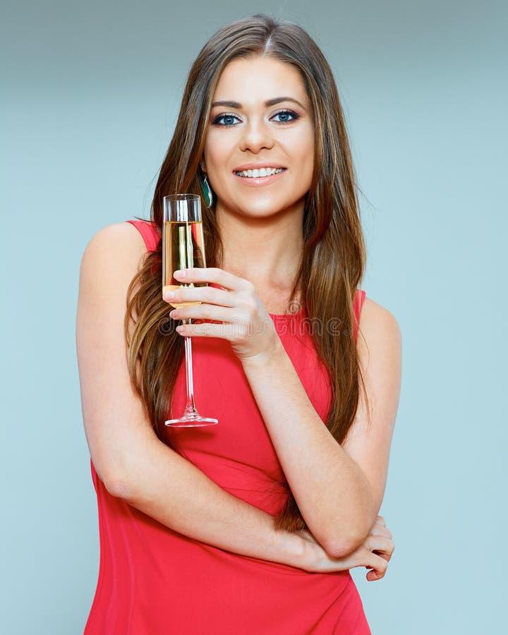 Glimlachend jong de wijnglas van de vrouwenholding royalty-vrije stock afbeelding