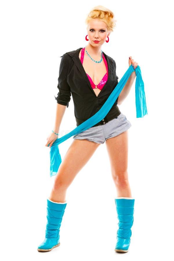Glimlachend jong meisje dat blauwe sjaal in handen houdt stock fotografie