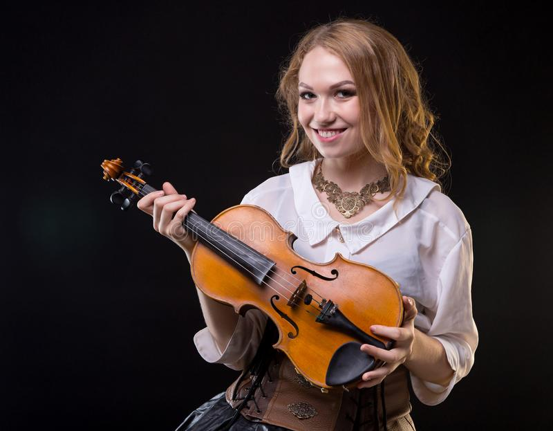 Glimlachend jong meisje die de viool houden stock foto