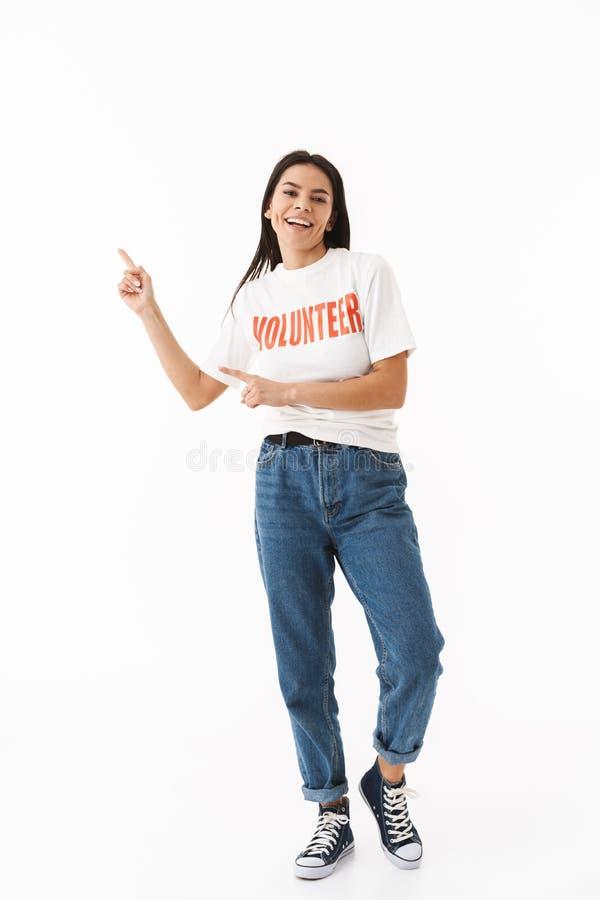 Glimlachend jong meisje die vrijwilligerst-shirt status dragen stock afbeelding