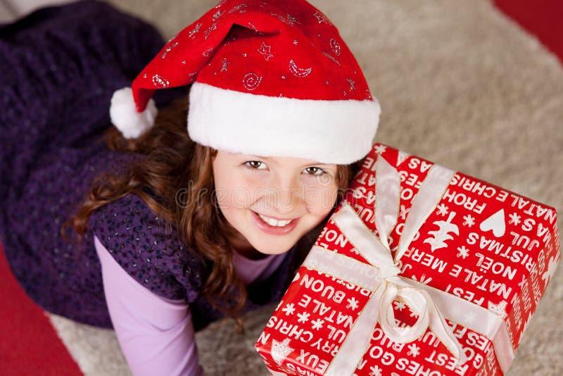 Glimlachend jong meisje met aanwezige Kerstmis stock afbeelding
