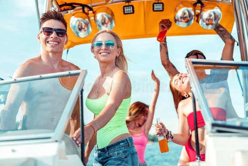 Glimlachend jong paar die zich bij het stuurwiel bevinden royalty-vrije stock foto's