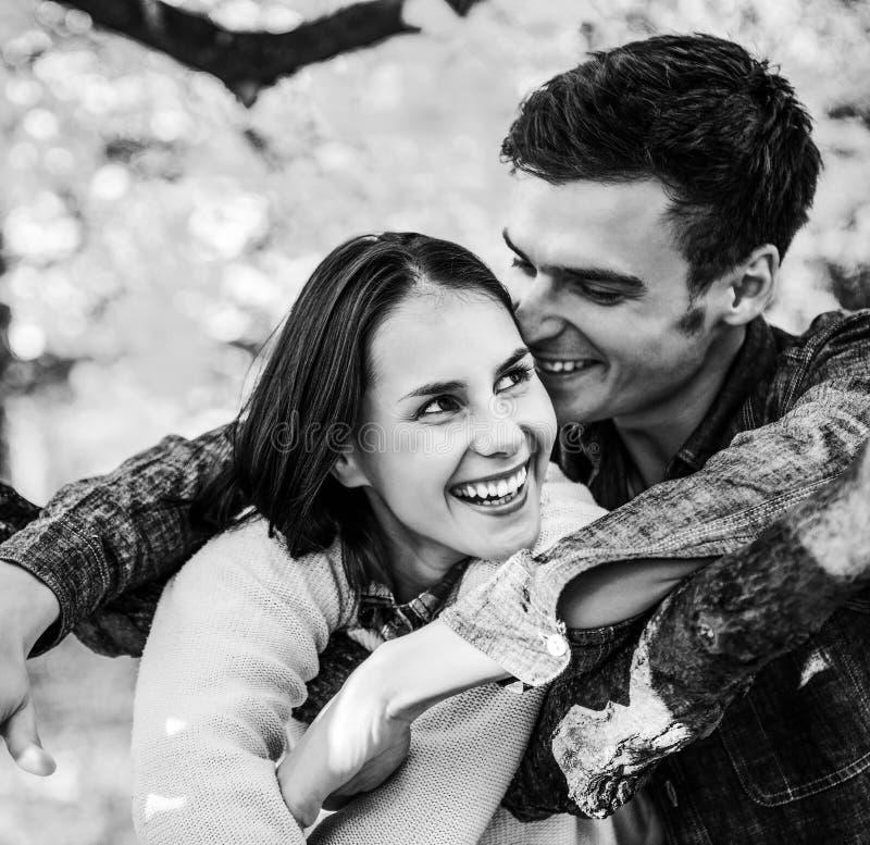 Glimlachend jong paar in openlucht in de herfst die pret t hebben stock afbeelding