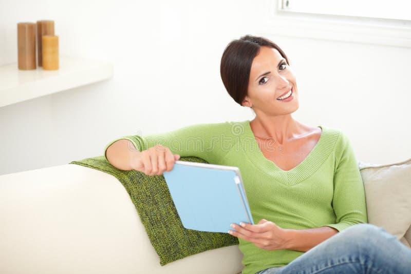 Download Glimlachend Jong Wijfje Die Een Tablet Houden Stock Afbeelding - Afbeelding bestaande uit onbezorgd, persoon: 54079473