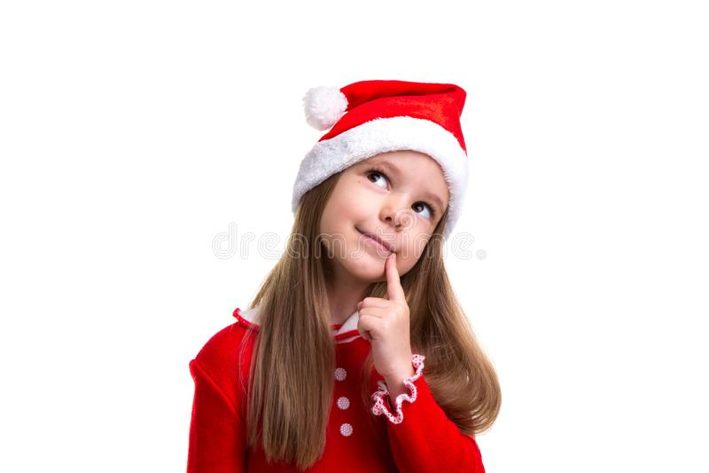 Glimlachend Kerstmismeisje die die een santahoed dragen over een witte achtergrond, close-up wordt geïsoleerd stock fotografie