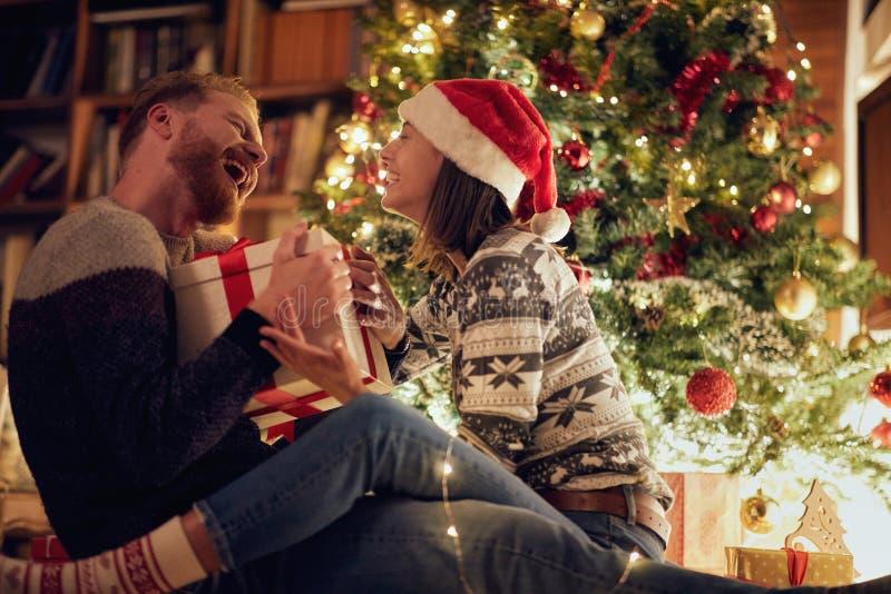 Glimlachend Kerstmispaar die in de vakantie genieten van royalty-vrije stock afbeelding
