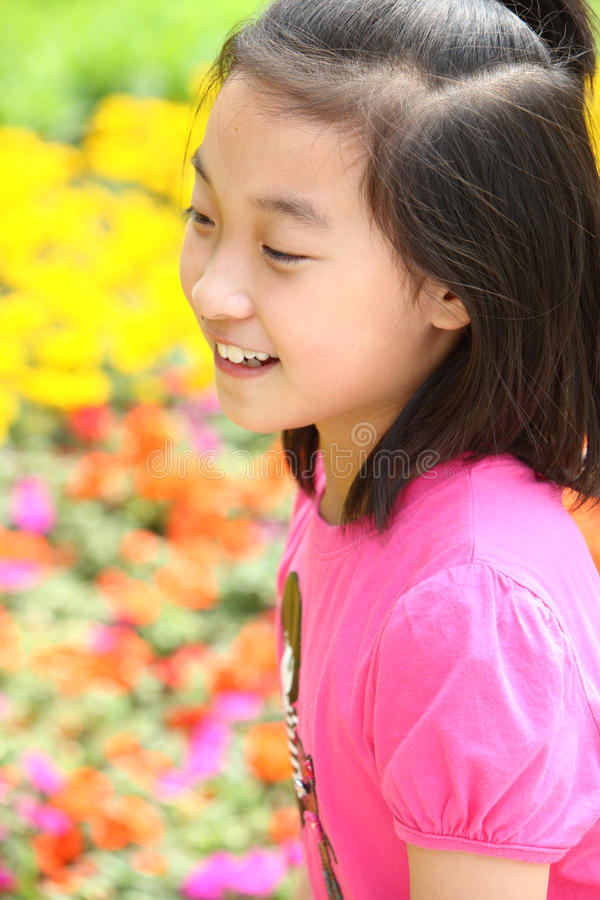 Glimlachend kind met bloemen stock foto