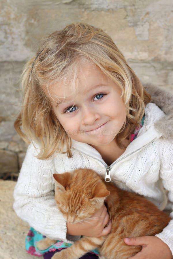 Glimlachend kind met katje royalty-vrije stock foto
