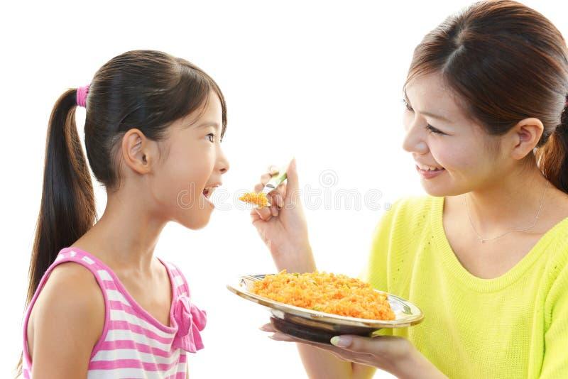 Glimlachend kind met moeder stock foto's
