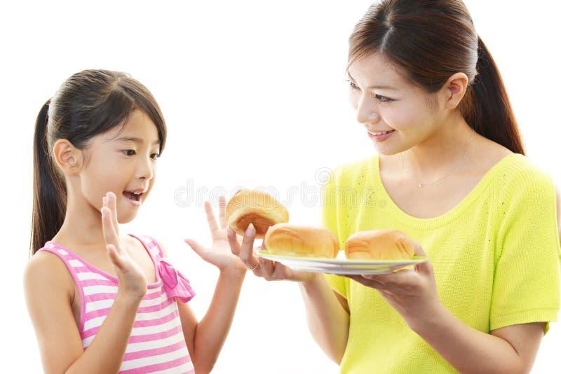Glimlachend kind met moeder royalty-vrije stock afbeelding