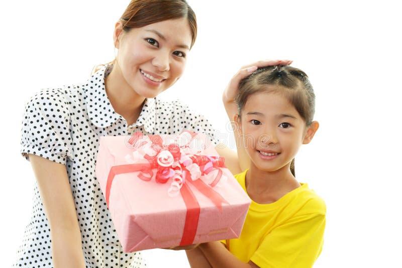 Glimlachend kind met moeder royalty-vrije stock fotografie