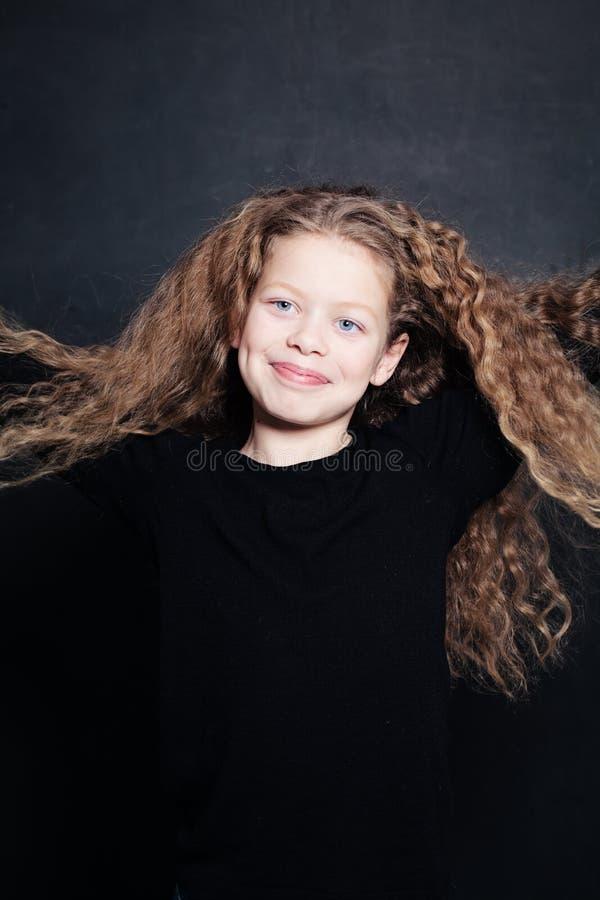 Glimlachend Kindmeisje met Lang Haar stock foto's