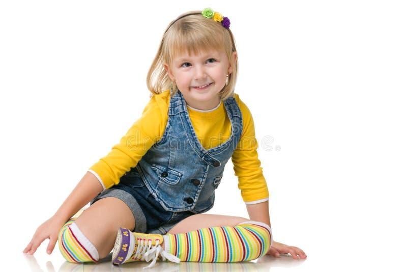 Glimlachend klein meisje op het wit stock foto's