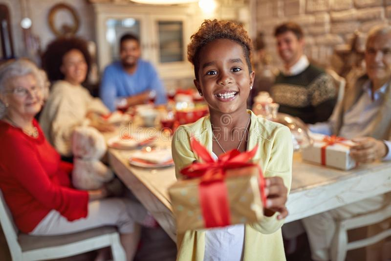 Glimlachend Leuk meisje die aanwezige Kerstmis geven royalty-vrije stock afbeeldingen