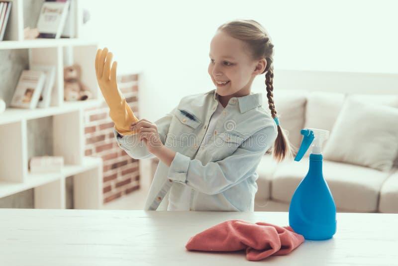 Glimlachend Leuk Meisje die Huis voorbereidingen treffen schoon te maken royalty-vrije stock fotografie