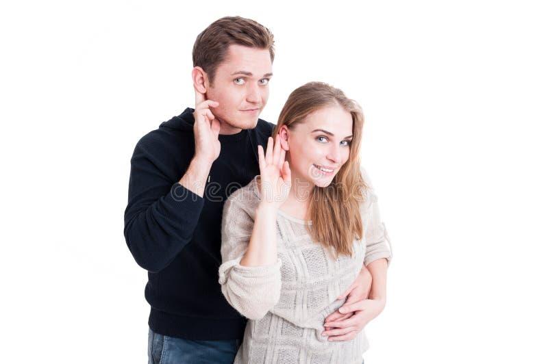 Glimlachend leuk paar die het luisteren gebaar maken royalty-vrije stock foto