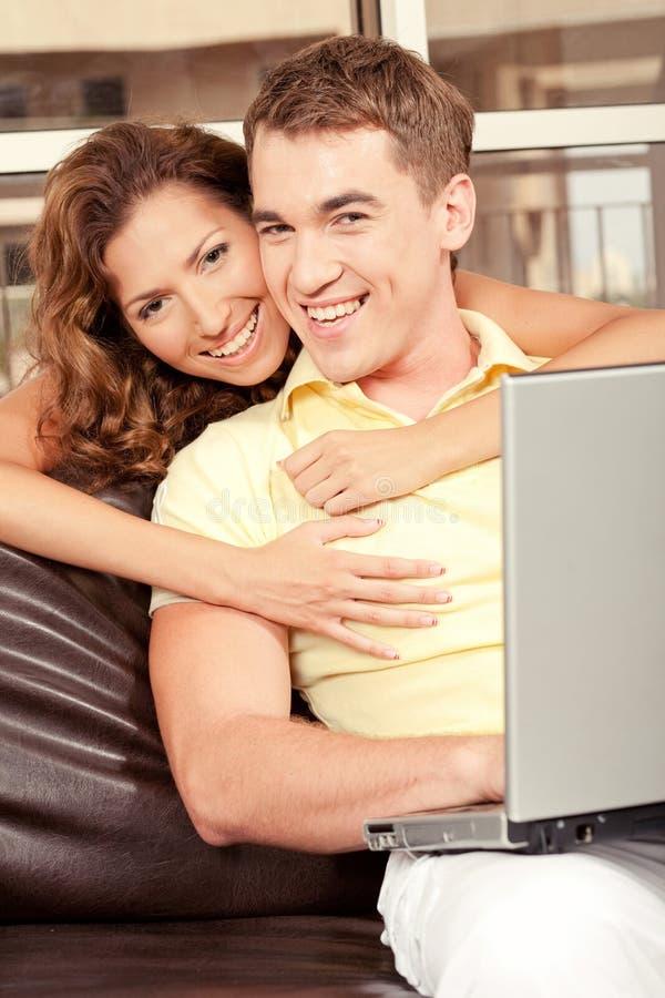 Glimlachend liefdepaar royalty-vrije stock foto