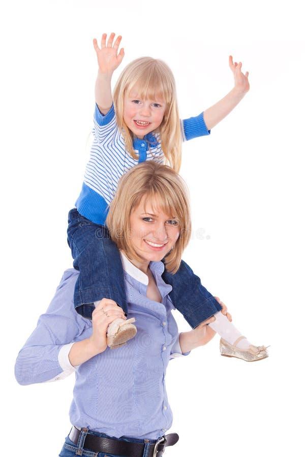 Glimlachend mamma met kind op schouders royalty-vrije stock foto's