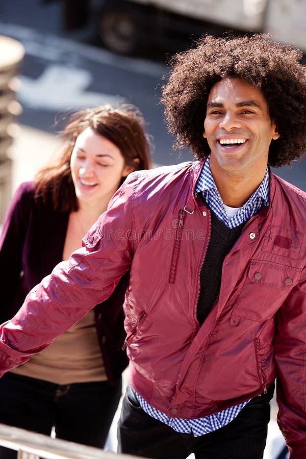 Glimlachend Mannetje Hipster op Treden stock foto's
