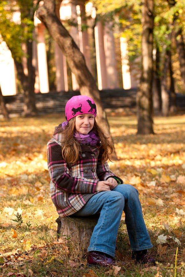 Glimlachend meisje bij het park royalty-vrije stock fotografie