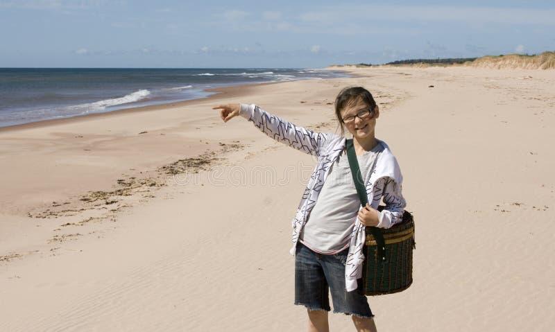Glimlachend meisje bij het Strand stock afbeelding