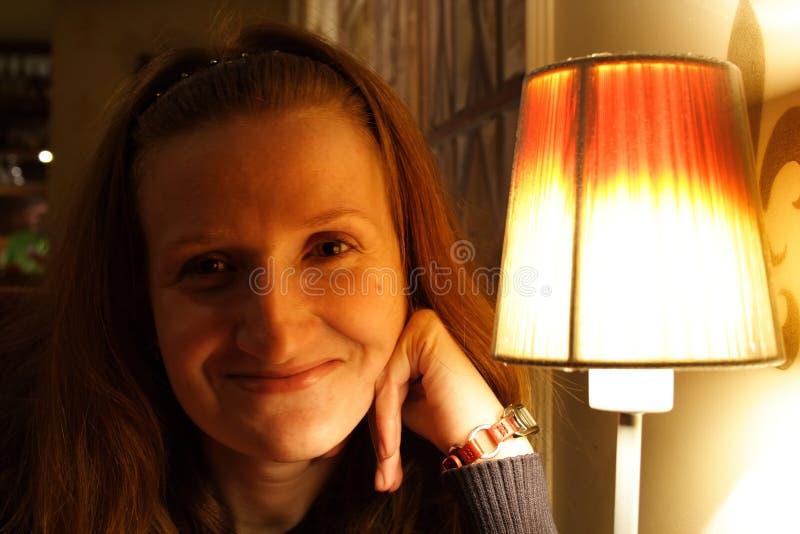 Glimlachend meisje bij koffie stock foto