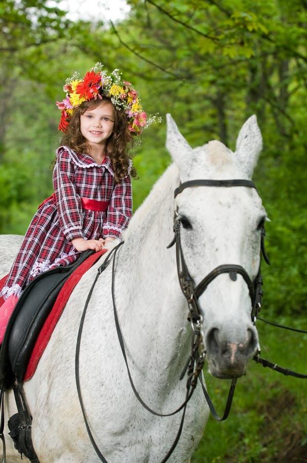 Glimlachend meisje in bloemenkroon royalty-vrije stock fotografie