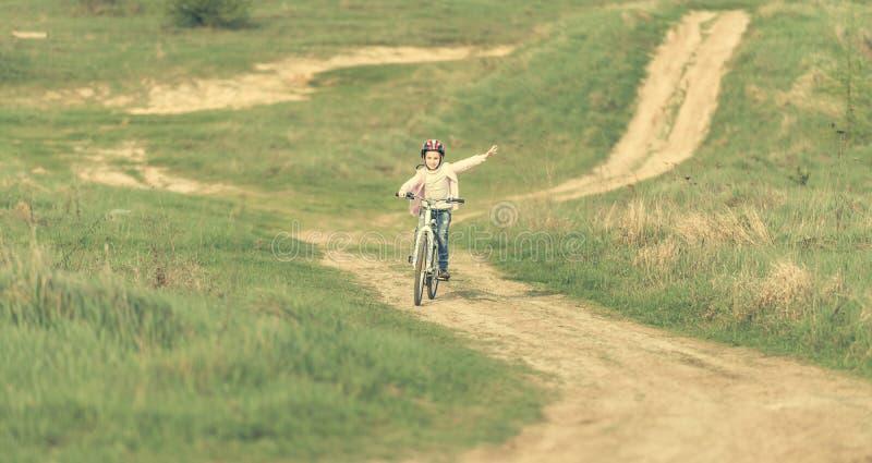 Glimlachend meisje dat een fiets berijdt royalty-vrije stock foto