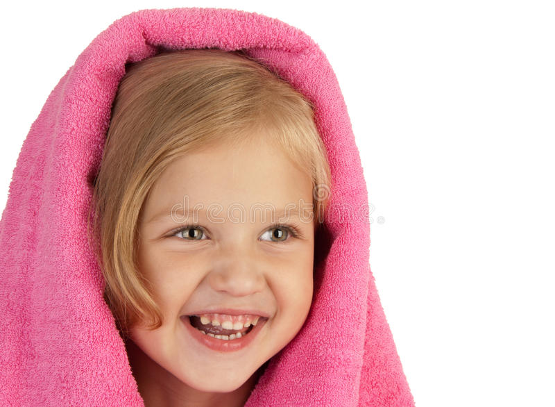 Glimlachend meisje dat in een roze handdoek wordt verpakt royalty-vrije stock foto's