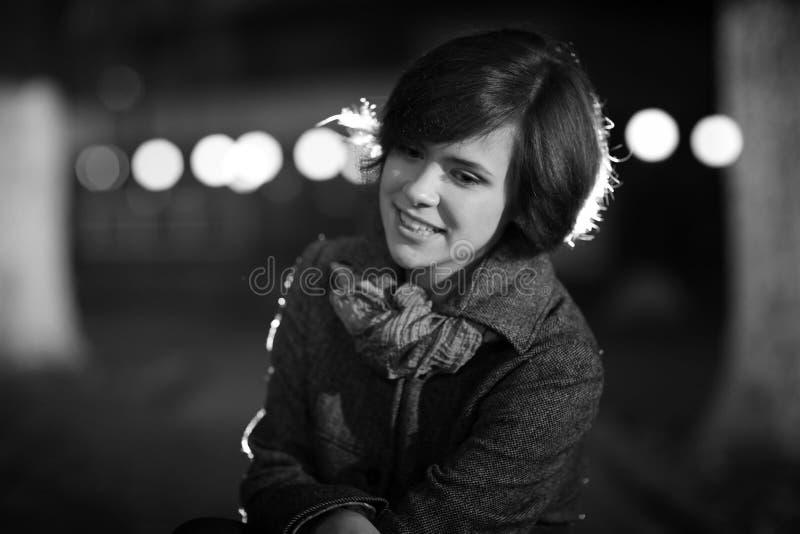 Glimlachend meisje in de herfstlaag royalty-vrije stock afbeelding