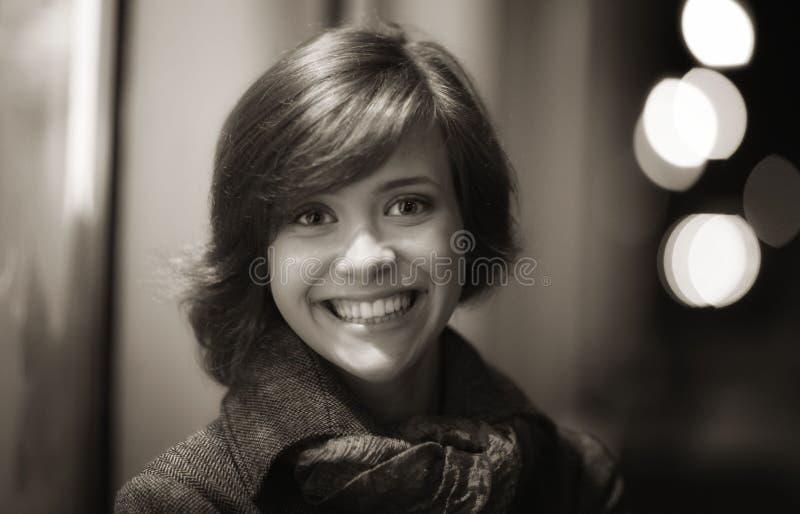 Glimlachend meisje in de herfstlaag stock foto's