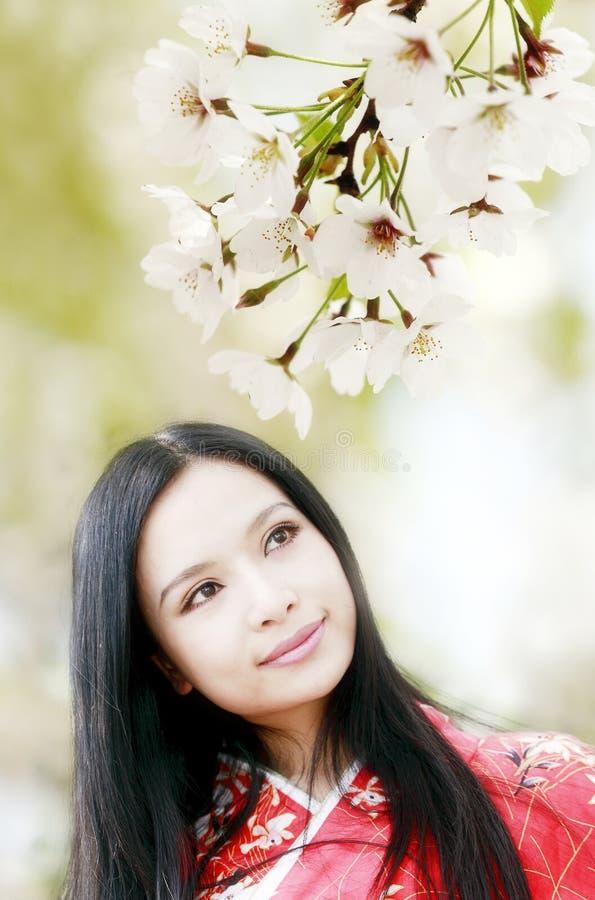 Glimlachend meisje in de lente royalty-vrije stock afbeelding