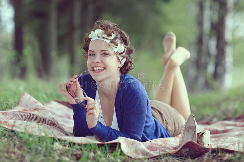 Glimlachend meisje in de lentebos royalty-vrije stock foto