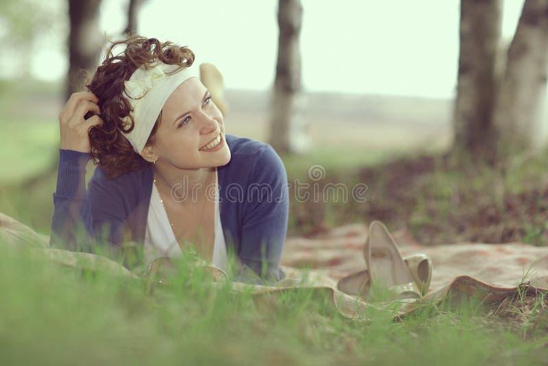 Glimlachend meisje in de lentebos royalty-vrije stock afbeeldingen