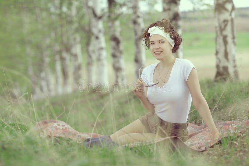 Glimlachend meisje in de lentebos stock afbeeldingen