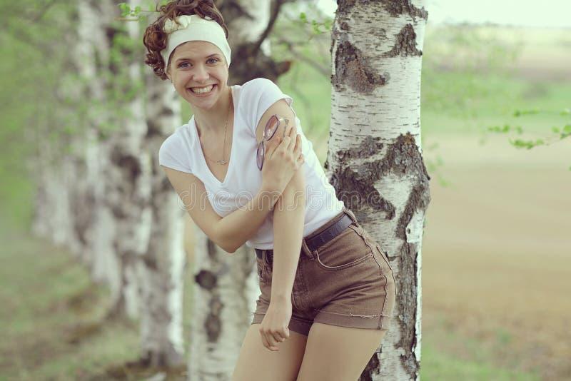 Glimlachend meisje in de lentebos royalty-vrije stock afbeelding