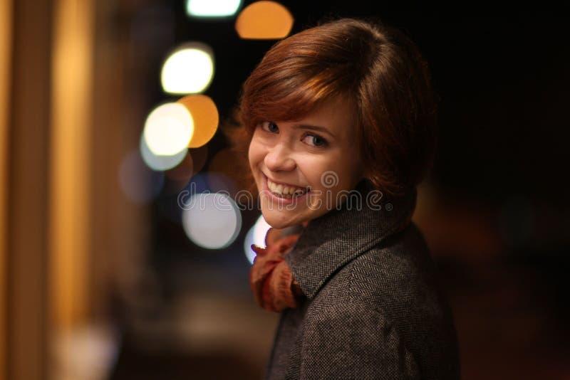 Glimlachend meisje in de stad van de de herfstnacht royalty-vrije stock foto