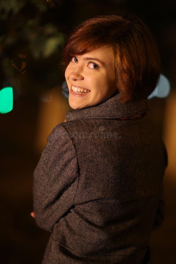 Glimlachend meisje in de stad van de de herfstnacht stock foto