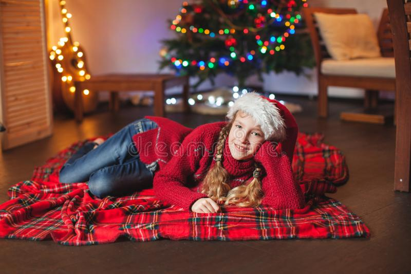 Glimlachend meisje dichtbij Kerstmisboom thuis royalty-vrije stock foto