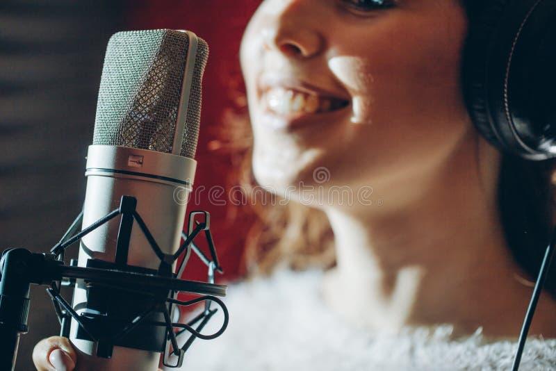 Glimlachend meisje die aan de wedstrijd van zangers deelnemen stock foto