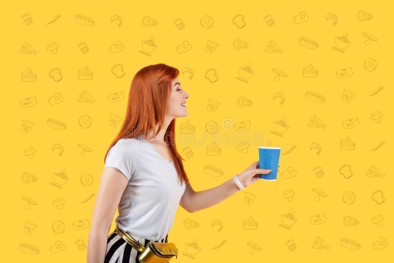 Glimlachend meisje die een koffie bezoeken en heerlijke thee kopen stock foto
