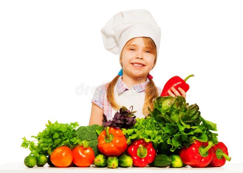 Glimlachend meisje die gezond voedsel voorbereiden stock foto's
