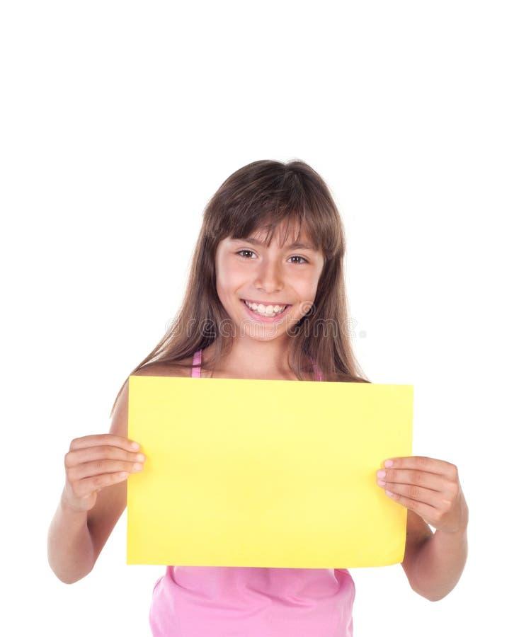 Glimlachend meisje die lege gele raad houden stock foto's