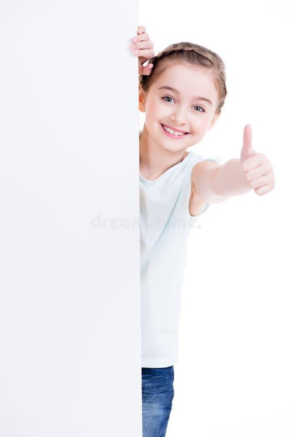 Glimlachend meisje die lege witte banner houden stock fotografie